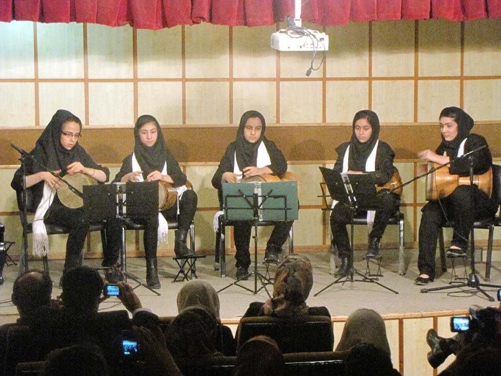 عکسی از کنسرت آموزشی کوبه ای مدرسه هنر و ادبیات/ 921208ـ عکس اختصاصی
